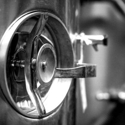 Cuves inox de plusieurs capacités pour réceptionner le vin en vrac